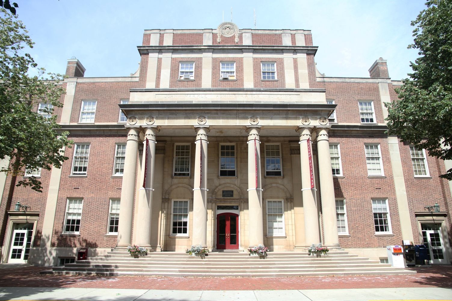 Markle Hall is home to the Financial Aid, Admissions, President's and other administrative offices. (Hana Isihara '17)